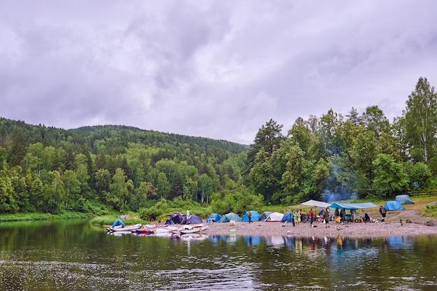 Touristenlager am fluss. zelte unter dem blauen himmel. rafting auf einem gebirgsfluss. fluss weiße republik baschkirien 03.07.2019