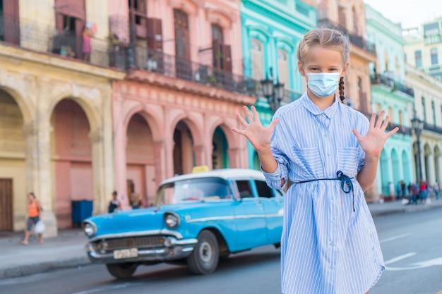 Touristenmädchen in der beliebten gegend in havanna, kuba. junge reisende lächelnd