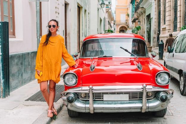 Touristenmädchen in der beliebten gegend in havanna, kuba. rückansicht des reisenden der jungen frau