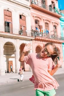 Touristenmädchen in der beliebten gegend in havanna, kuba.