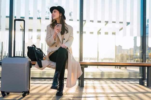 Touristenmädchen mit smartphone am öffentlichen verkehr.