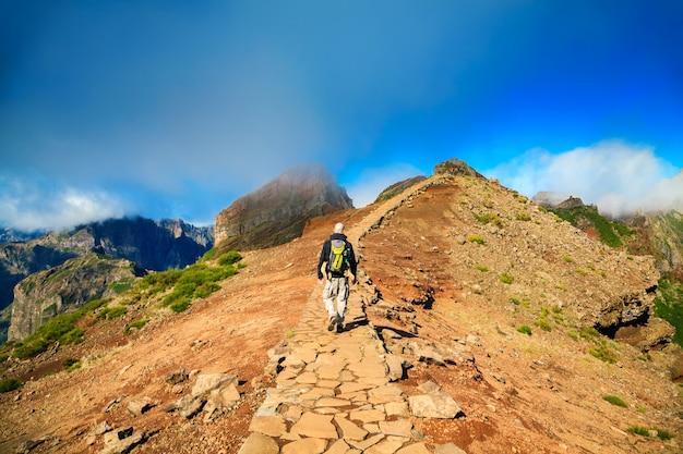 Touristenmann, der am pico do arieiro auf madeira wandert