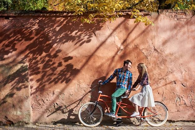 Touristenpaar auf doppeltandemfahrrad