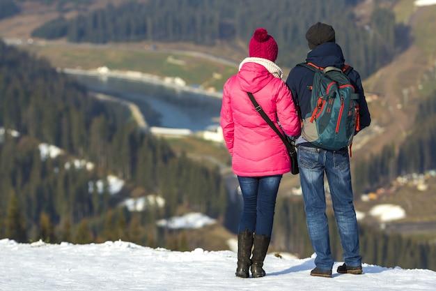 Touristenpaar, das bergblick genießt