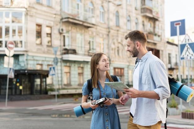 Touristenpaar unterwegs in der stadt