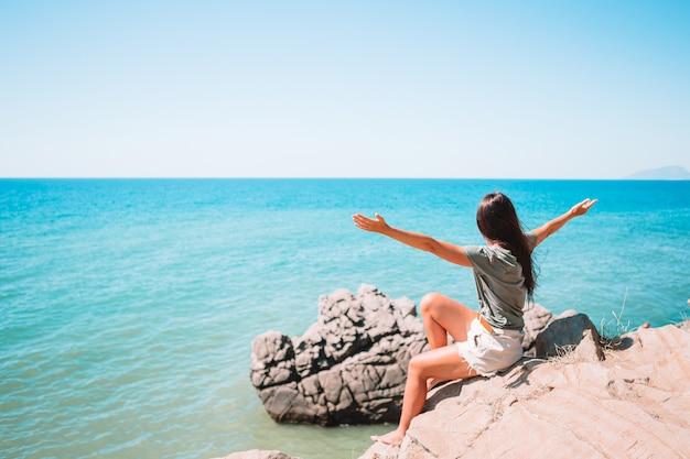 Touristin im freien am rande der klippenküste