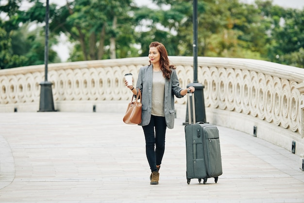 Touristin zu fuß zum hotel