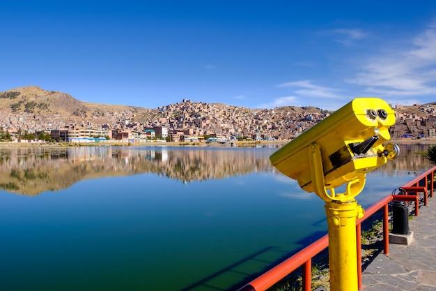 Touristische ferngläser am titicaca see in puno, peru