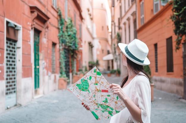 Touristische frau der reise mit karte in prag draußen während der feiertage in europa,