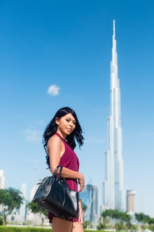 Touristische frau im stadturlaub in dubai vor dem burj al khalifa