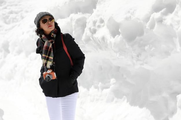 Touristische frau in der weißen schneewand.