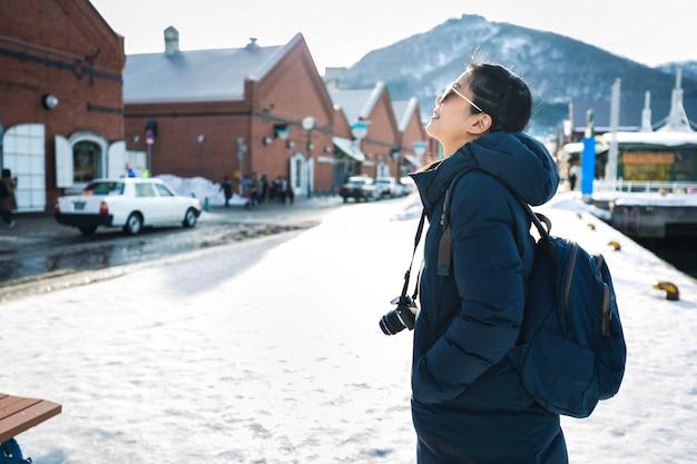 Touristische frau in der wintersaison