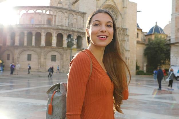 Touristische frau in valencia mit kathedrale, spanien