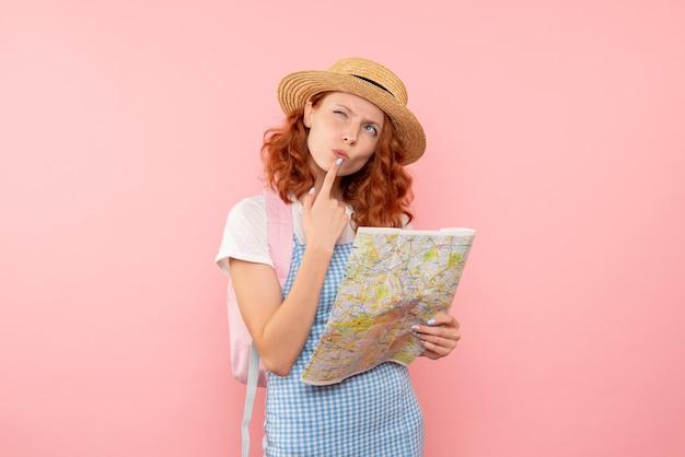 Touristische karte der vorderansicht, die versucht, richtung in fremder stadt zu finden