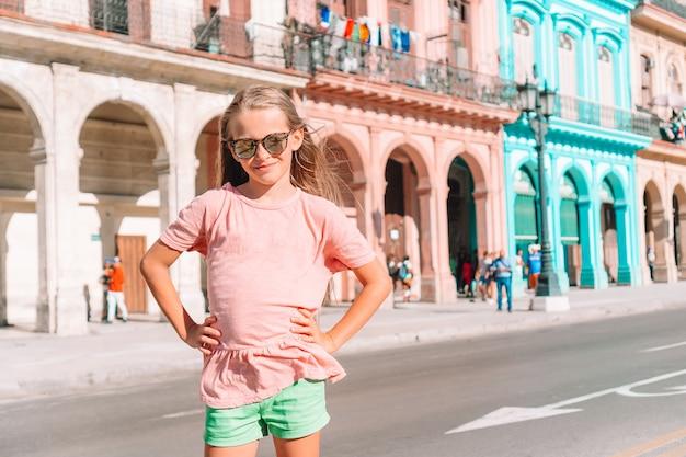 Touristische mädchen in der beliebten gegend in havanna, kuba. junge reisende der frau lächelnd