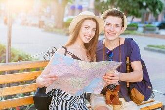 Touristische Paare auf Bank mit Karte