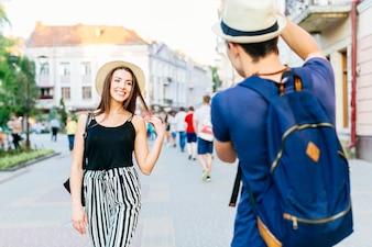 Touristische Paare, die in der Stadt fotografieren