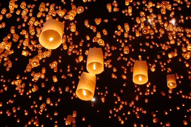 Touristische schwebende himmelslaternen beim yeepeng-festivalloy krathong chiang ma