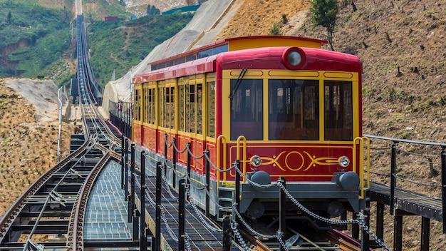 Touristische tram am fansipan, fansipan tram und sapa city, lao cai, sapa, vietnam.