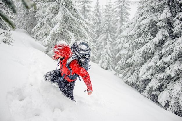 Touristischer kerl, der im schnee festgehalten wird, driftet, karpaten, ukraine
