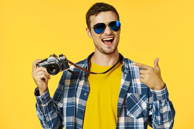 Touristischer mann mit einer fotokamera