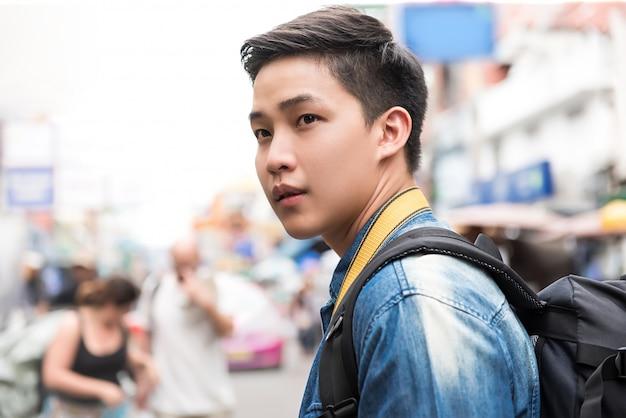 Touristischer wanderer des asiatischen mannes, der in straße thailand khao san reist