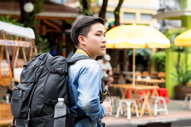 Touristischer wanderer des jungen asiatischen mannes, der allein reist