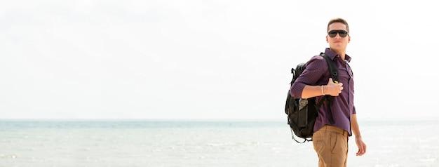 Touristischer wanderer des unabhängigen mannes am strand