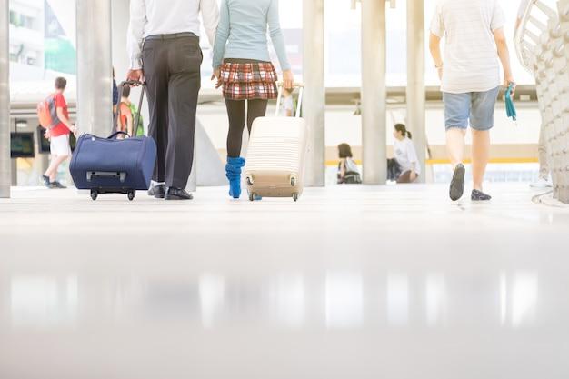 Touristischer weg auf wegweisenanschluß mit reisetasche und bagpack.