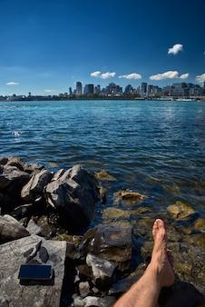 Touristisches kleines mädchen der sommerreise, das ansicht von skylinen des alten hafens vom montreal-park lebt einen glücklichen lebensstil geht während der kanada-ferien genießt.