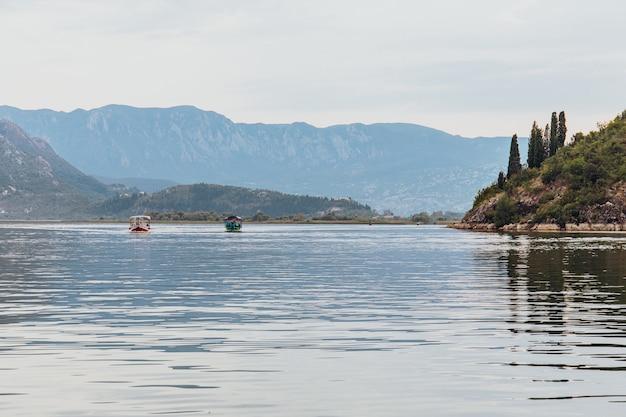 Touristisches passagierboot auf ausflug zum lake skadar national park in montenegro