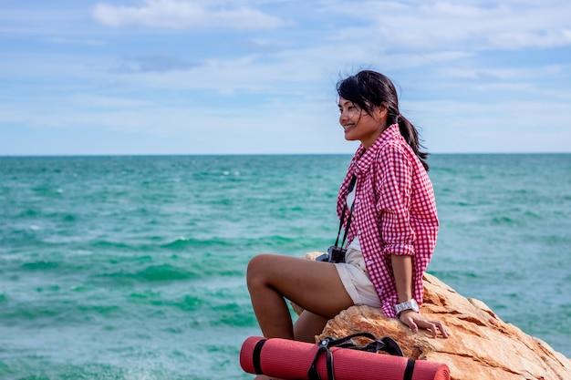 Touristisches trekking des hippies an der seereise, lebensstilkonzeptabenteuer