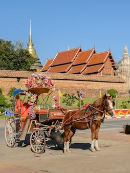 Touristisches von pferden gezogenes taxi bei wat phra that lampang luang in thailand