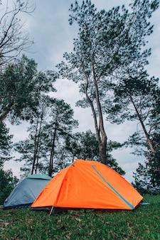 Touristisches zelt, das in den bergen kampiert