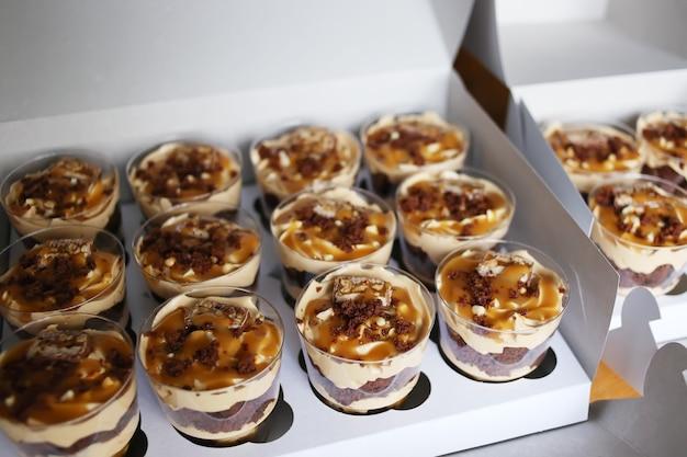 Tr schokoladen-kleinigkeitskuchen. einzelne desserts in tassen.
