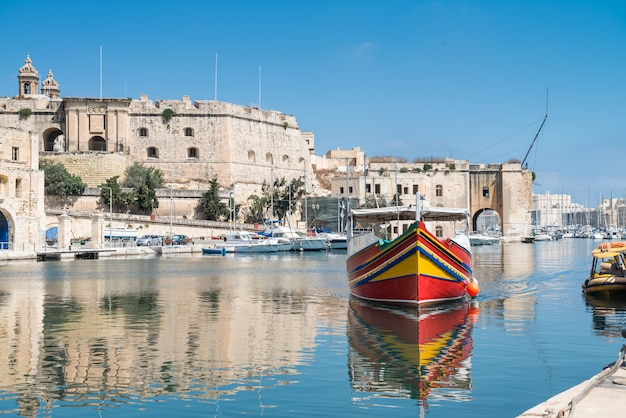 Traditionell bemaltes passagierboot in vittoriosa