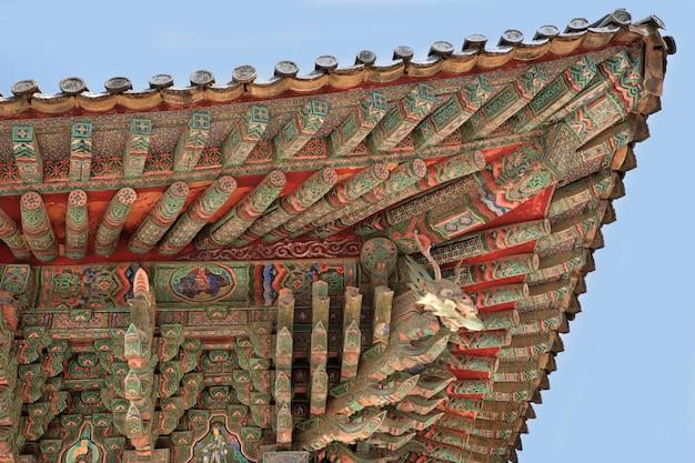 Traditionelle alte dachmalerei buddhistischen tempels koreas