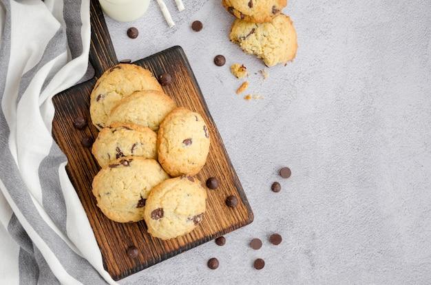 Traditionelle amerikanische hausgemachte kekse mit schokoladenstückchen