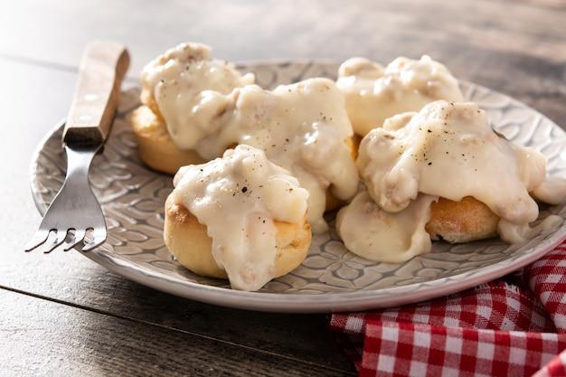 Traditionelle amerikanische kekse und soße zum frühstück auf holztisch