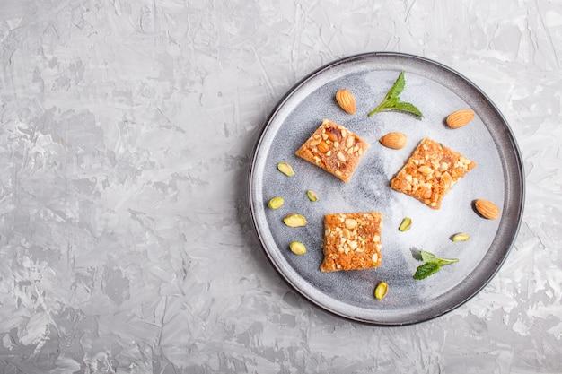 Traditionelle arabische bonbons in der grauen keramischen platte auf einem grauen konkreten hintergrund.