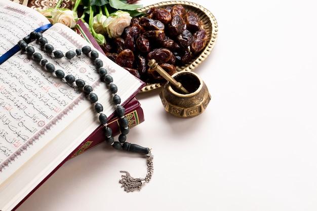 Traditionelle arabische datteln und koran