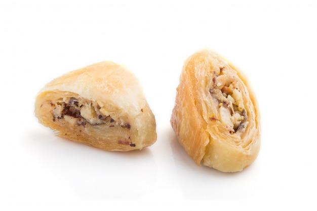 Traditionelle arabische süßigkeiten lokalisiert auf weißem hintergrund. seitenansicht