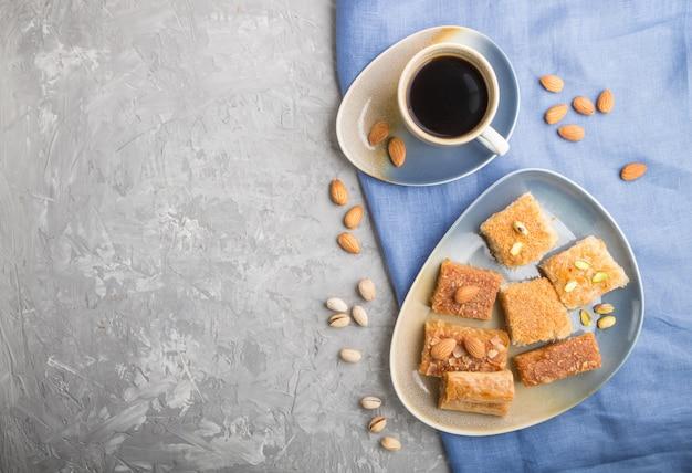 Traditionelle arabische süßigkeiten und eine tasse kaffee. ansicht von oben