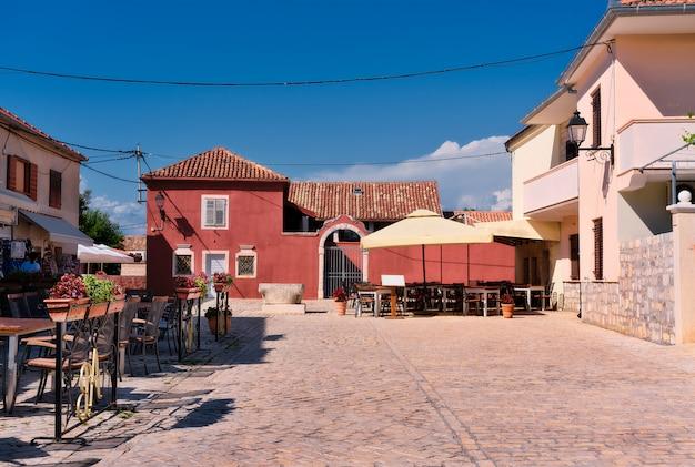 Traditionelle architektur, alte häuser und restaurants am hauptplatz der stadt in der historischen stadt nin, dalmatien, kroatien