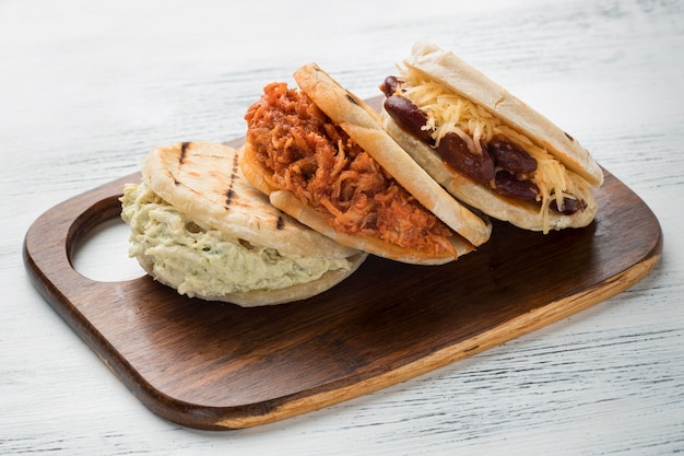 Traditionelle arepas auf holzbrett