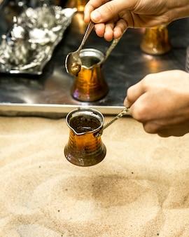 Traditionelle art der kaffeezubereitung des türkischen kaffees