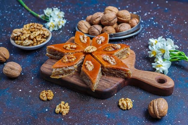 Traditionelle aserbaidschanische feiertage novruz süßigkeiten pakhlavas.