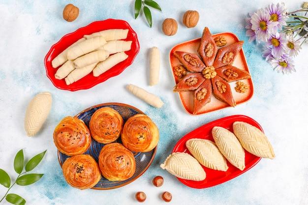 Traditionelle aserbaidschanische feiertags-novruz-süßigkeiten, shekerbura, qogal, paxlava, mutaki.