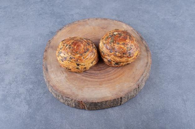 Traditionelle aserbaidschanische plätzchen süße gogals auf einem brett, auf dem marmor.