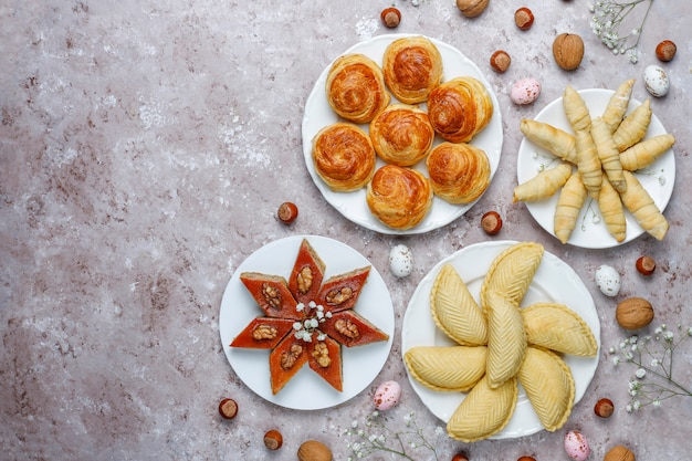 Traditionelle aserbaidschanische süßigkeiten shakarbura, bakhlava, qogal, mutaki-kekse, aserbaidschanischer feiertag novruz.